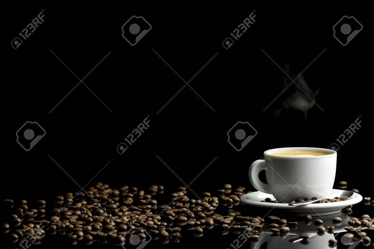 Luxe koffie setting met verse warme koffie in witte kop en koffie