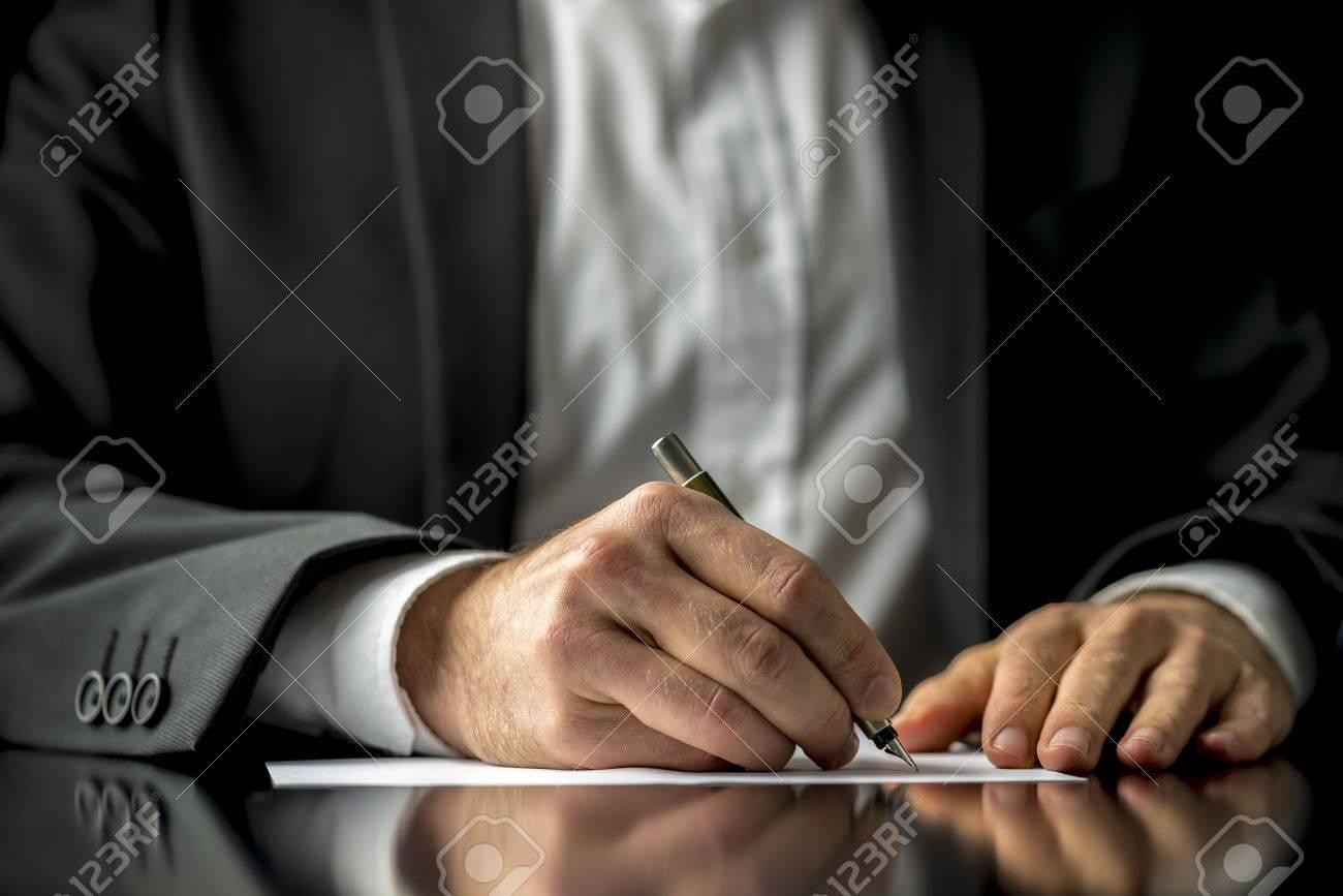 Imagen Conceptual De Un Hombre Que Firma Un Documento última ...