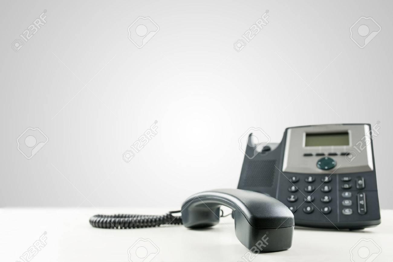 Close up dune ligne fixe de téléphone daffaires noir avec le