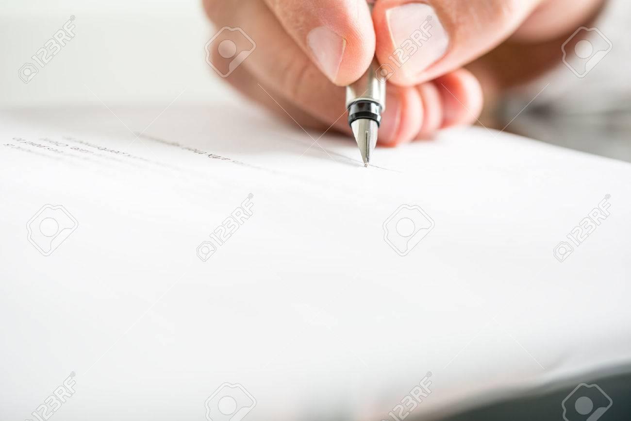 Ngulo De Visión Baja De Los Dedos De Un Hombre Escribiendo En Un ...
