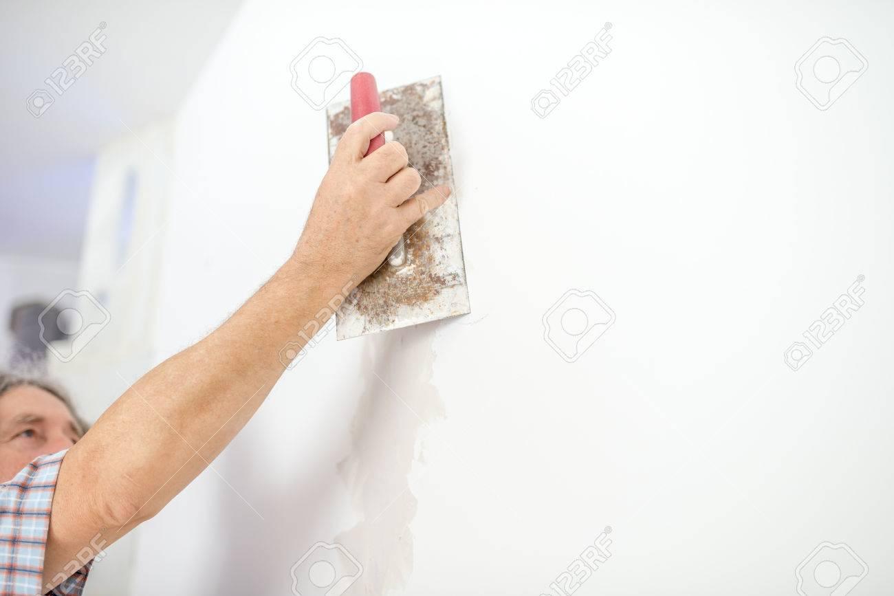 Mann Verputzen Weisse Wand Vorbereitung Fur Streichen Oder Tapezieren