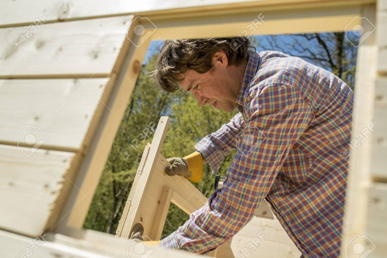 Carpintero O Dueño De Una Casa De Bricolaje Construcción De Una ...