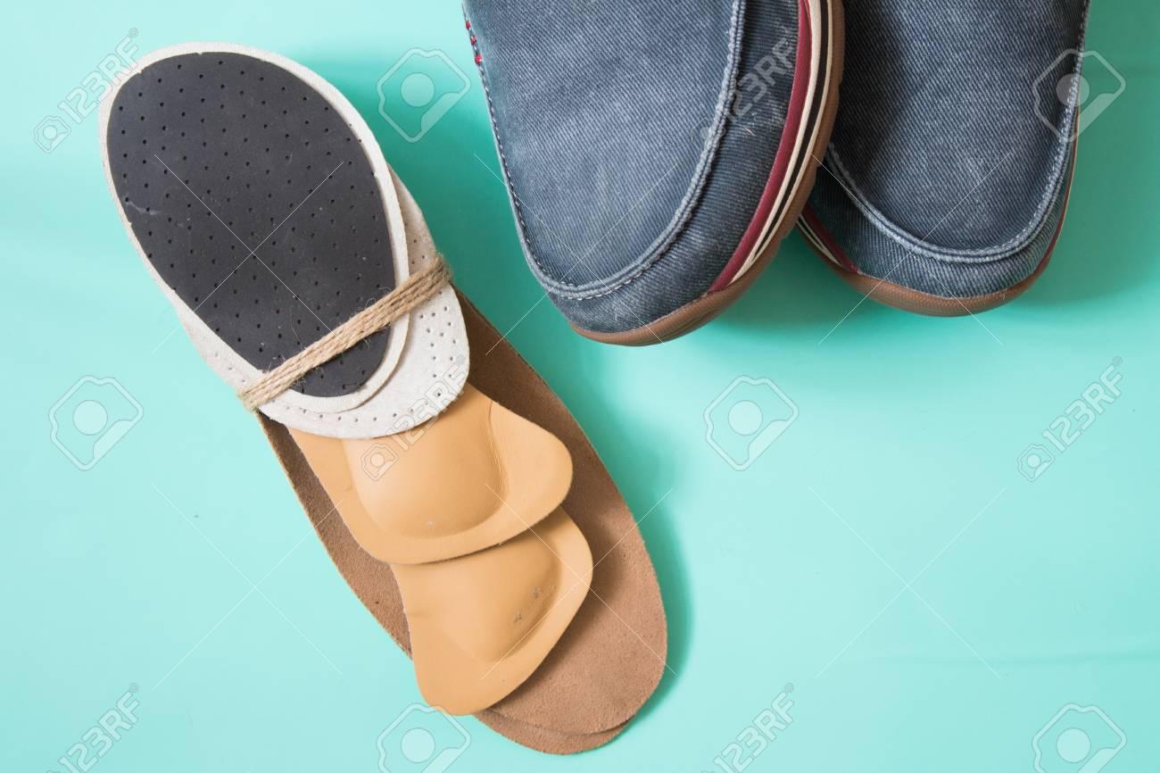 Zapatillas para correr con plantillas ortopédicas. Para el deporte y la aptitud. Fondo neutro Vista superior.