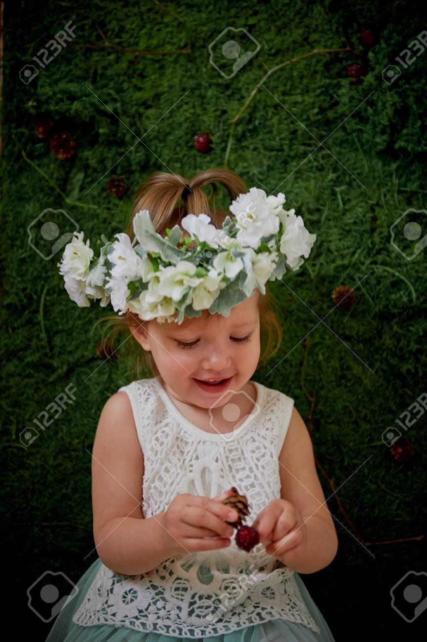 Vestido blanco y corona flores