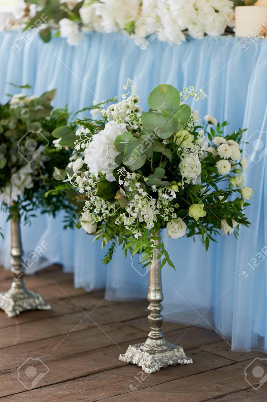 Ceremonie Elegante Et Elegante D Arc De Mariage Decoree De Fleurs Bleues Et Blanches Differentes Art Floral Restaurant D Ete A L Exterieur En