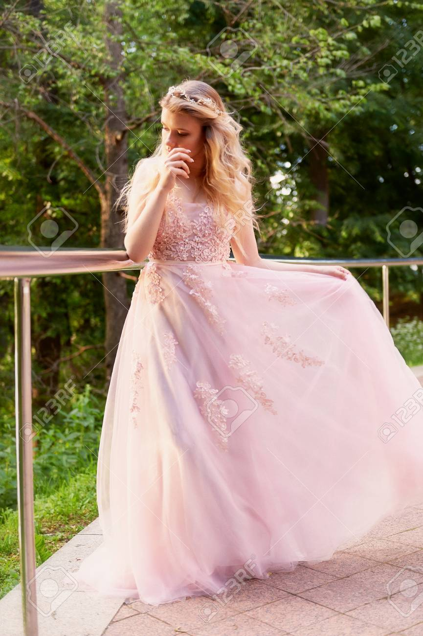 Retrato De Una Hermosa Novia Rubia En Vestido De Encaje Rosa ...