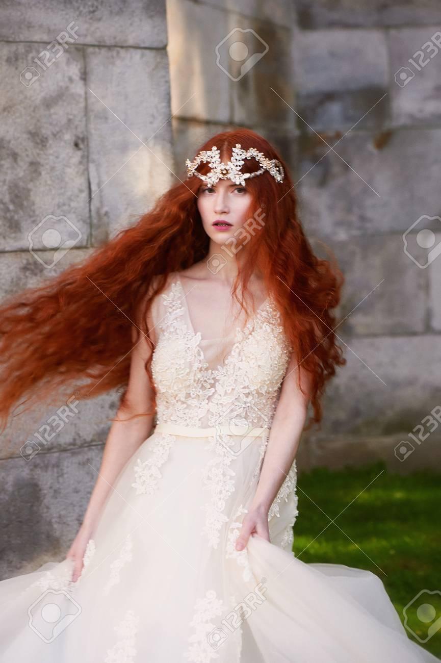 Archivio Fotografico - Bella ragazza dai capelli rossi con lunghi capelli  ricci nella sposa 9a656f58749