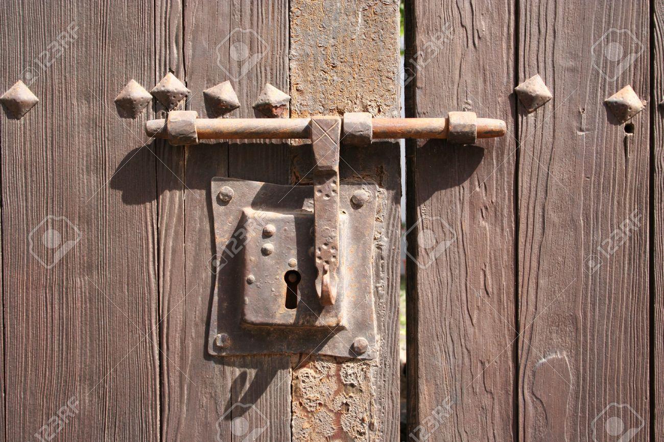 Très ancienne serrure de rouille sur une porte en bois d\'un jardin dans  Teguise (Lanzarote)