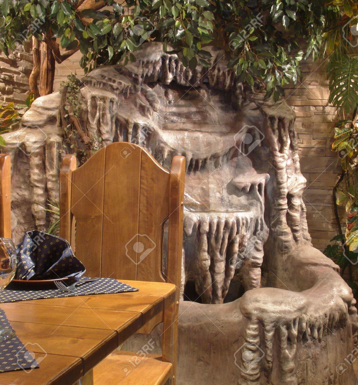 Best Foto De Archivo Un Fragmento Del Interior Mesa De Madera Fuente  Colocado En Un Volcn Fuente De Piedra Decorado Con Vegetacin Artificial  With Fuentes De ...