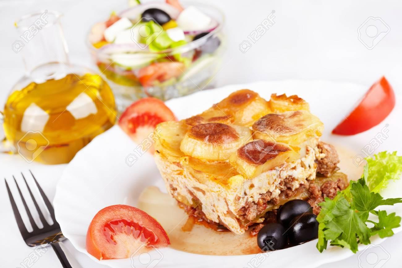 Griechische Küche. Moussaka Und Griechischer Salat Lizenzfreie Fotos ...