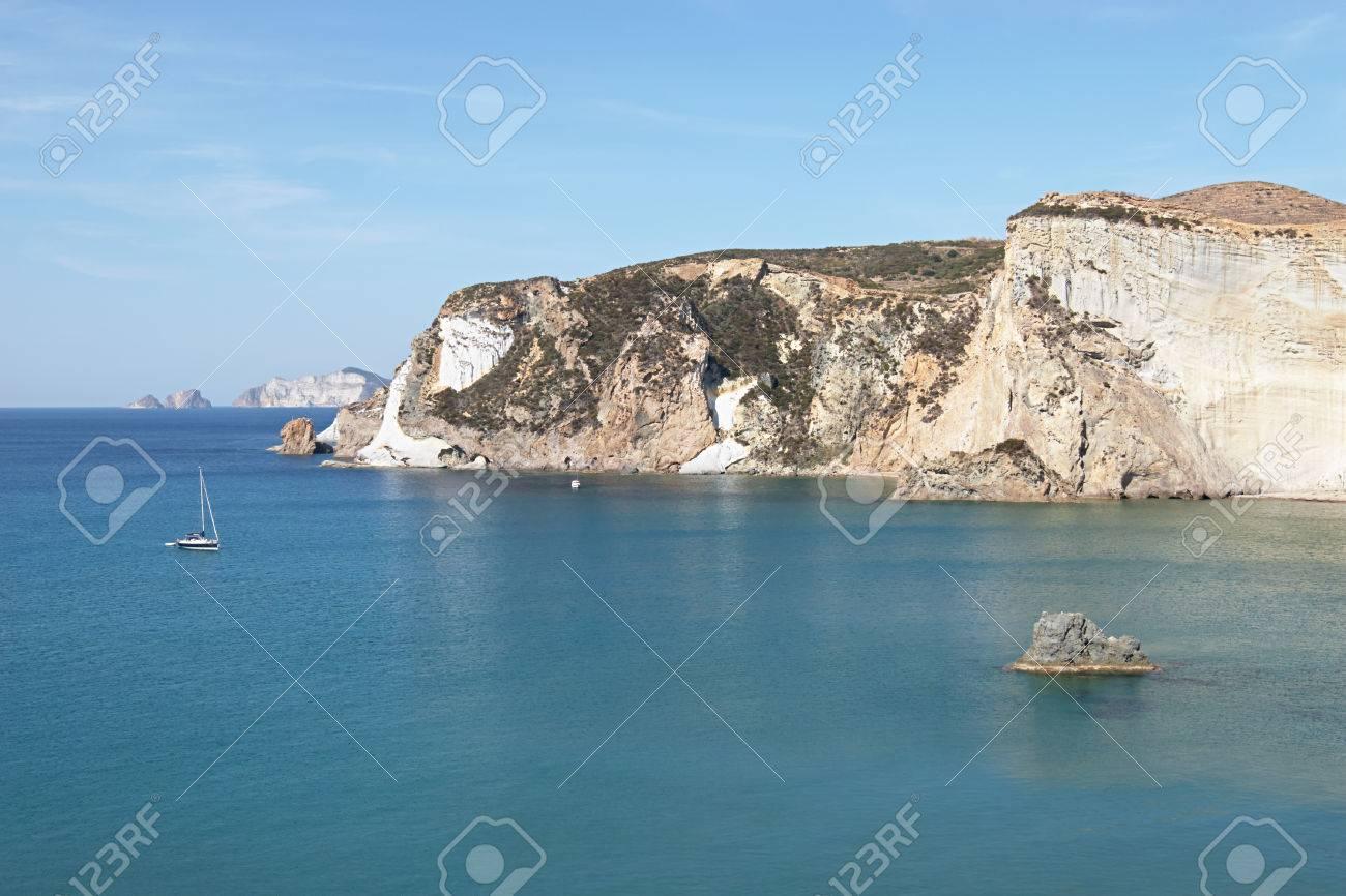 イタリア、ポンツァ島。岩の多い...