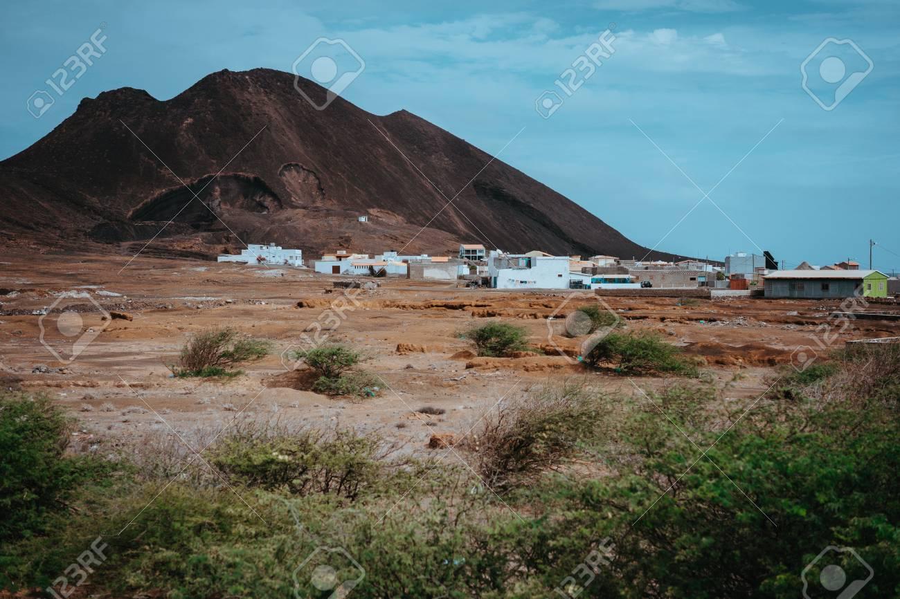 se connecter sélectionner pour le dédouanement large éventail Local dwelling in front of Calhau volcanic crater, Cape Verde..