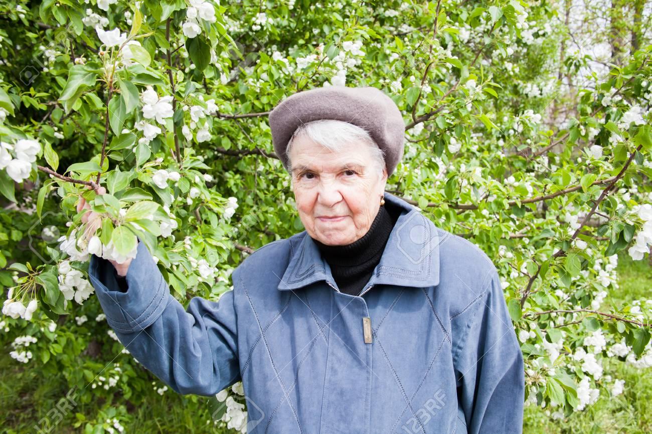 Alte Frauen blühen auf