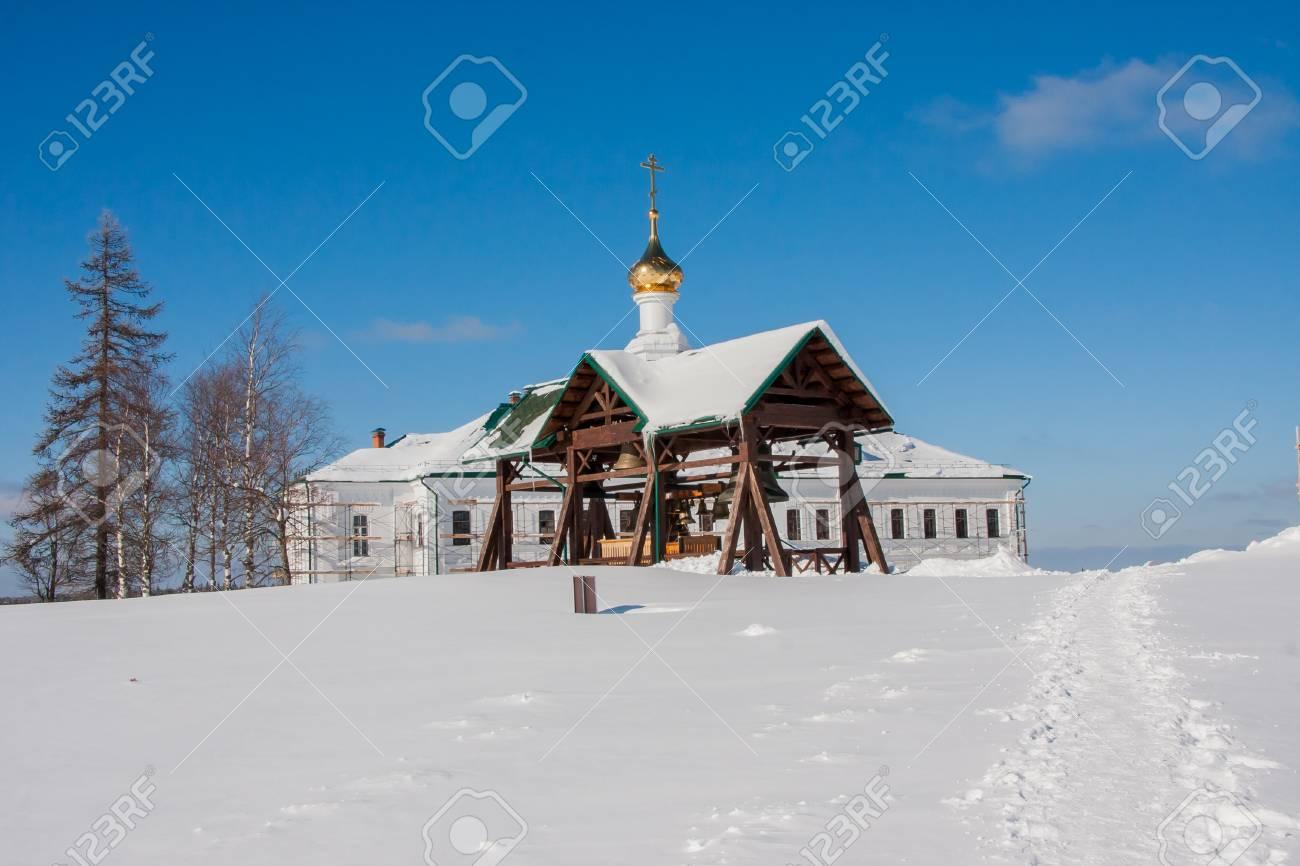 ペルミ地方、ロシアの冬の白い山...