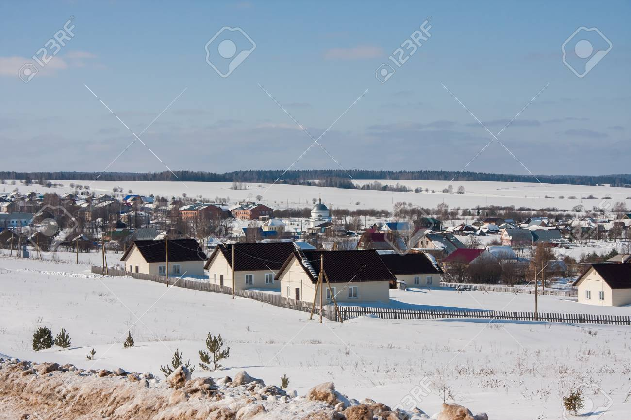 ペルミ地方、ロシアの冬の農村風...