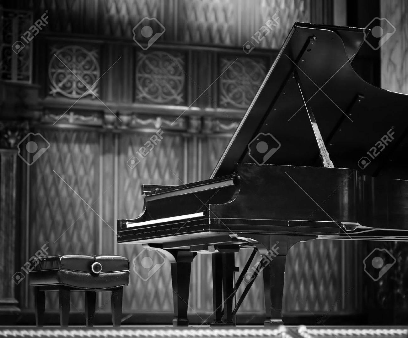 Concert grand piano - 39637453