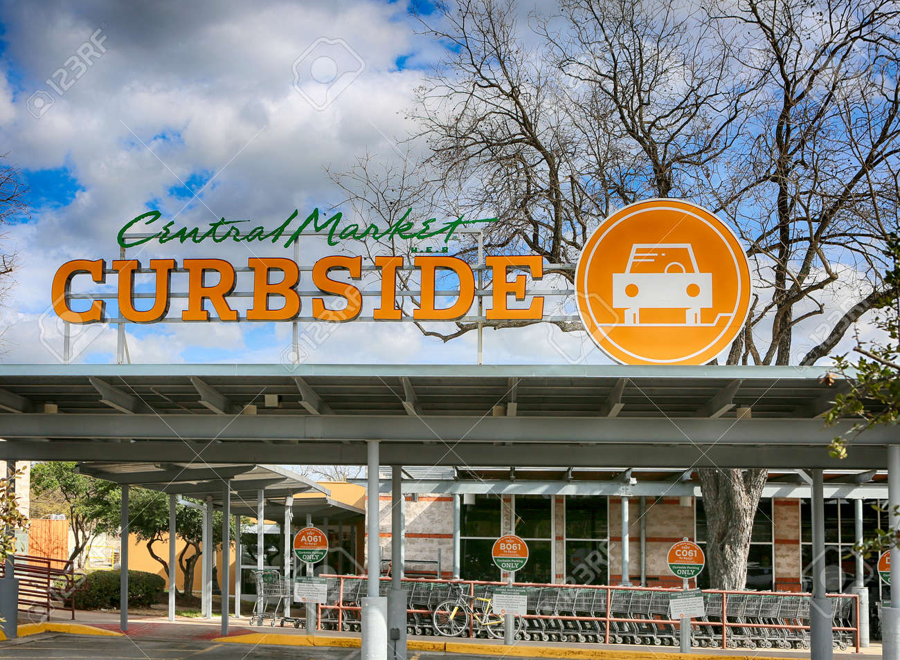 March 10, 2021, Austin, Texas. CURBSIDE sign at Central Market. Central Market is an American gourmet grocery store chain owned by H-E-B Grocery Company. - 165537321