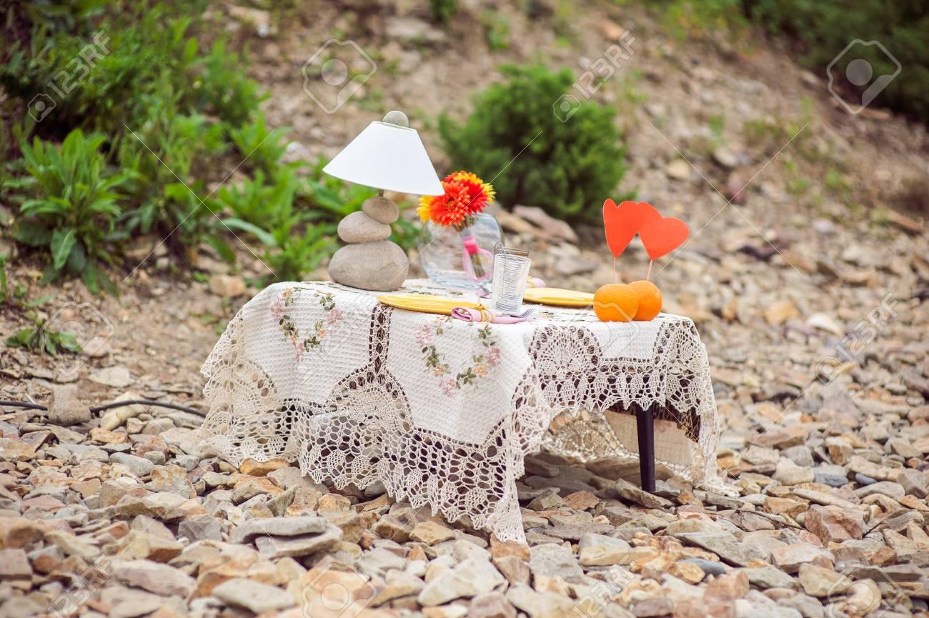 Tisch Für Ein Romantisches Picknick Auf Einem Felsigen Strand, Ein ...