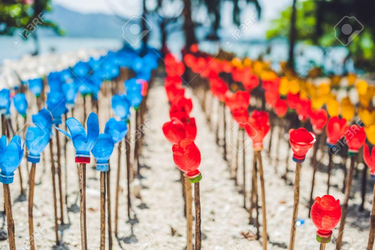 Fleurs En Plastique De Bouteille recyclé fleur en plastique coloré. fleurs faites à partir d'une