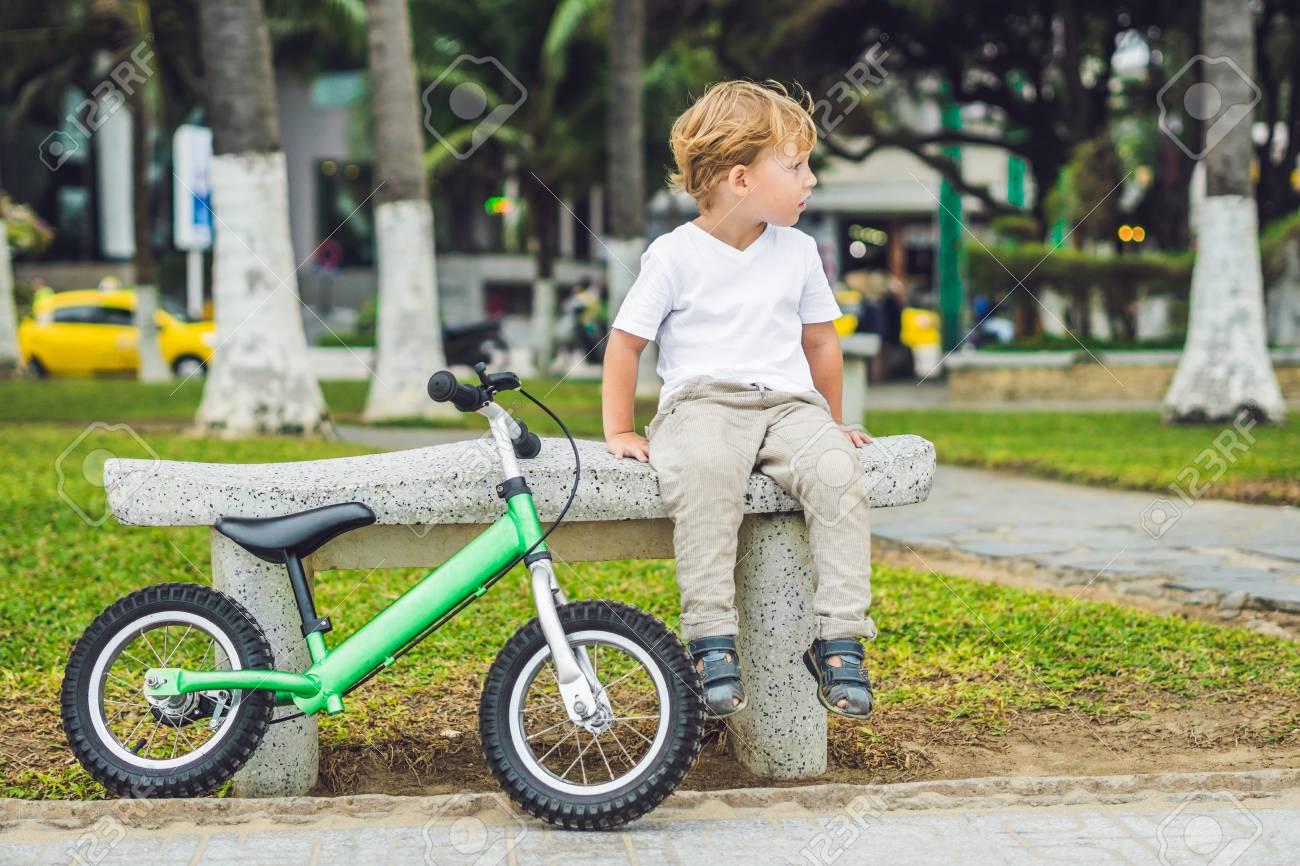 Activo Adolescente Chico Rubio Conduccion De Bicicleta En El Parque