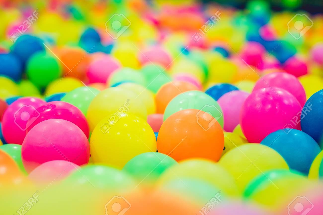 Stanza Dei Giochi Bambini : Sfere di plastica multicolore. una stanza dei giochi per bambini