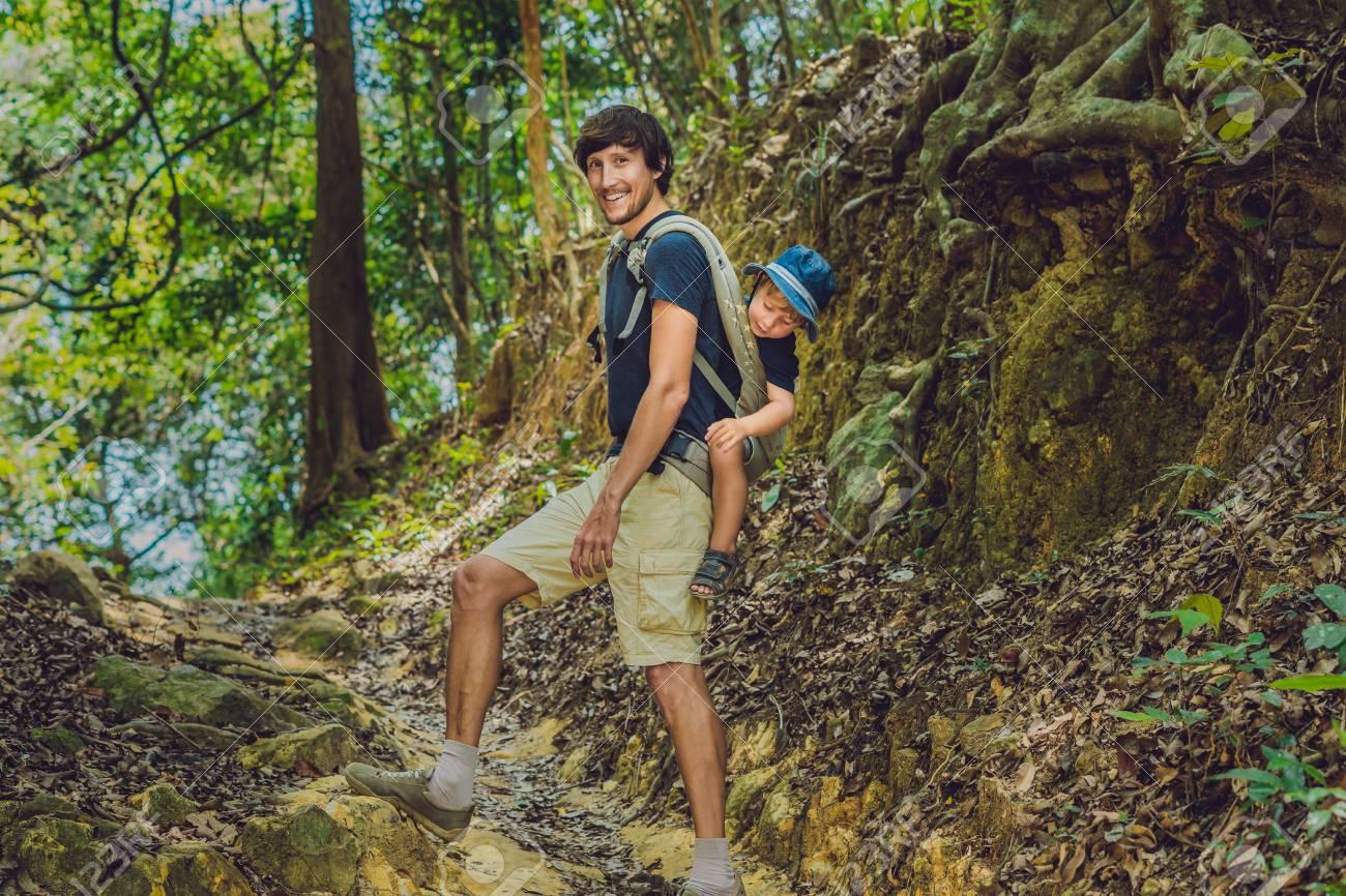 Banque d images - Le père porte son fils dans un bébé portant est la  randonnée dans la forêt. Touriste porte un enfant sur le dos dans la nature  du Vietnam. 7db86800f14