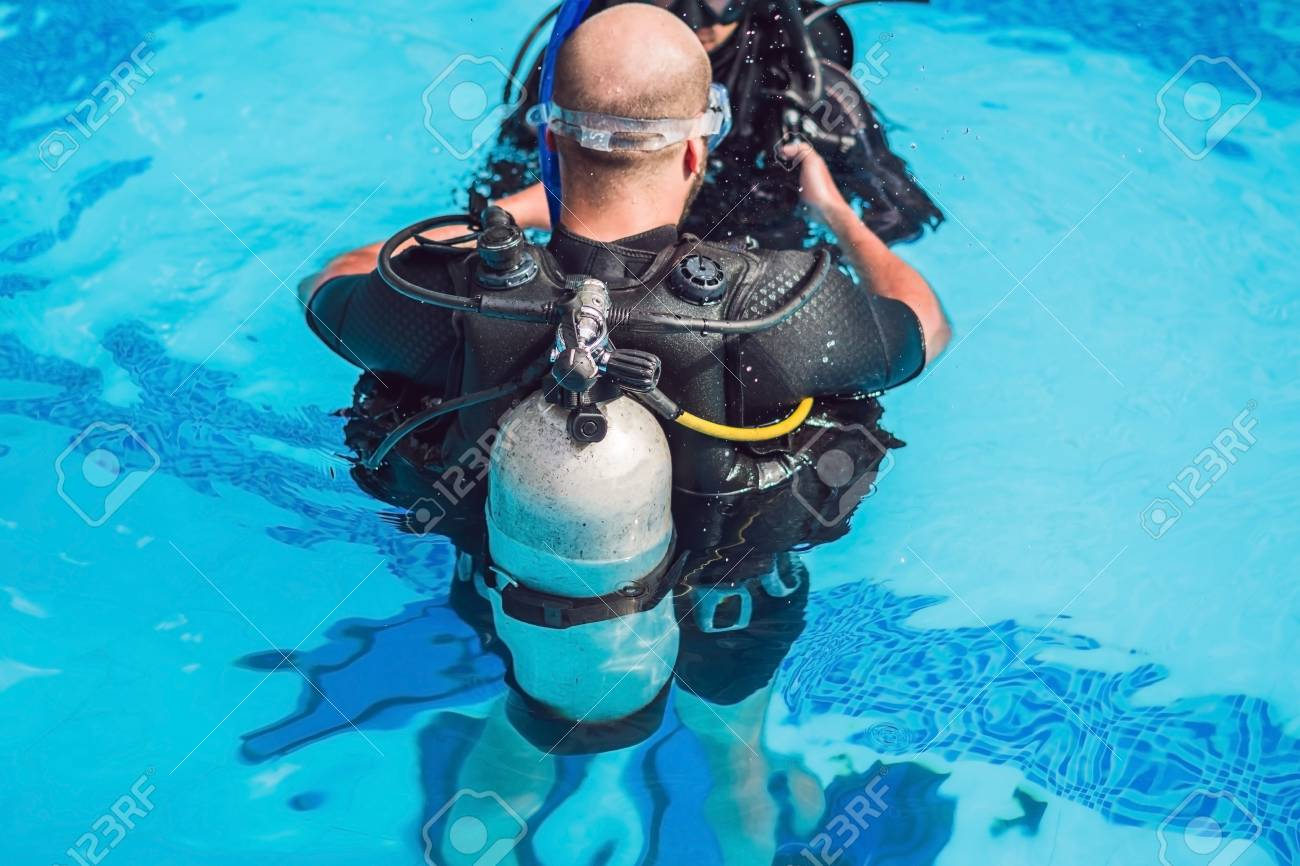 Grey Scuba Diving Air Oxygen Tank On The Back Of A Scuba Diver. Stock  Photo, Picture And Royalty Free Image. Image 95949640.