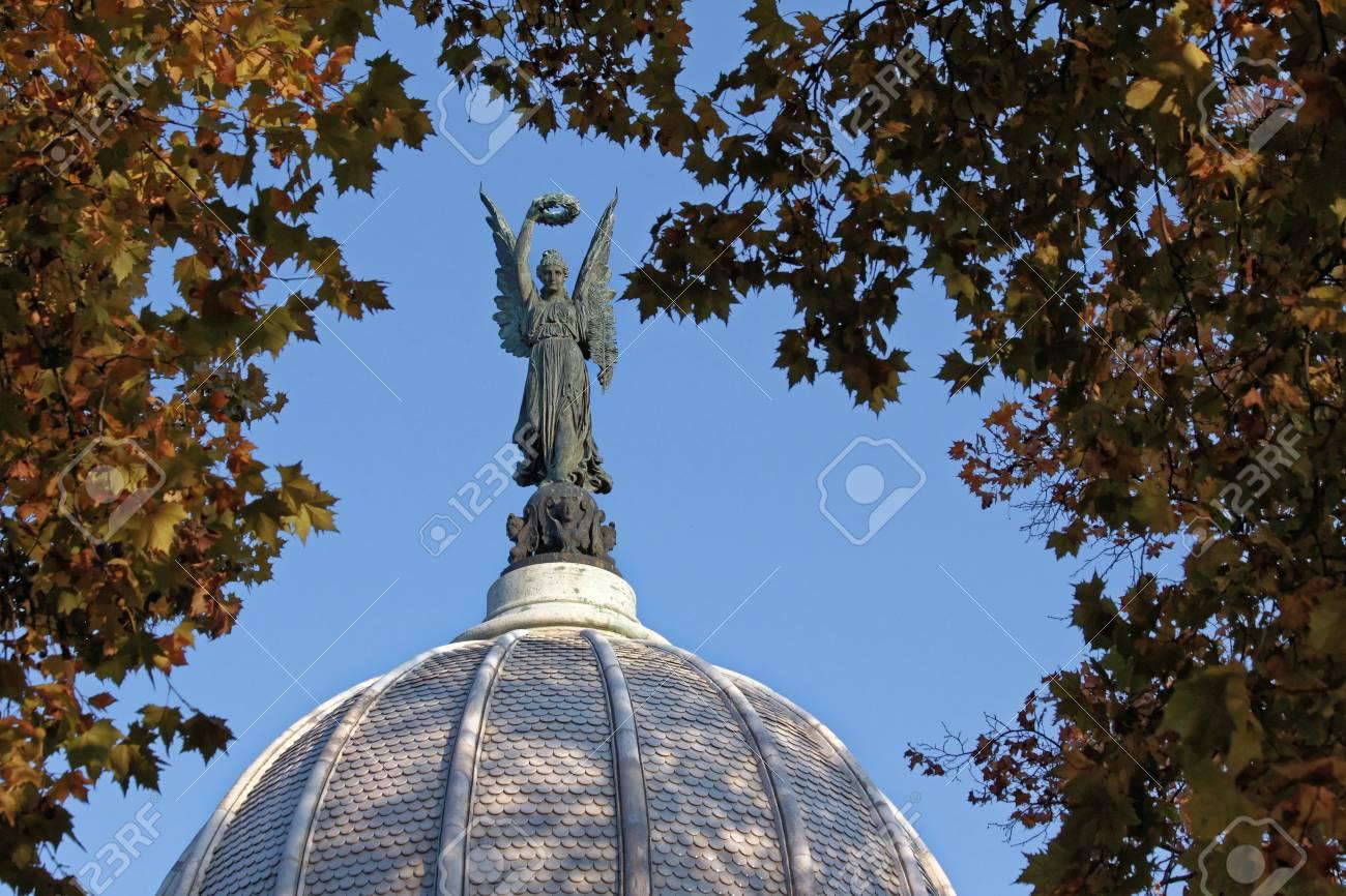 Estatua Del ángel Bóveda En El Follaje De Pico Enmarcado. Fotos ...