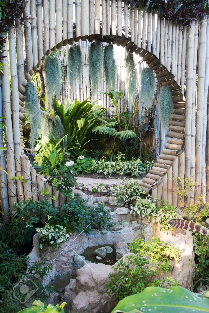 Mooi Tropisch Azie Stijl Met Groene Kleur Tuin Idee Met Cirkel Bamboo Wanddecoratie En Meertje Royalty Vrije Foto Plaatjes Beelden En Stock Fotografie Image 70505602