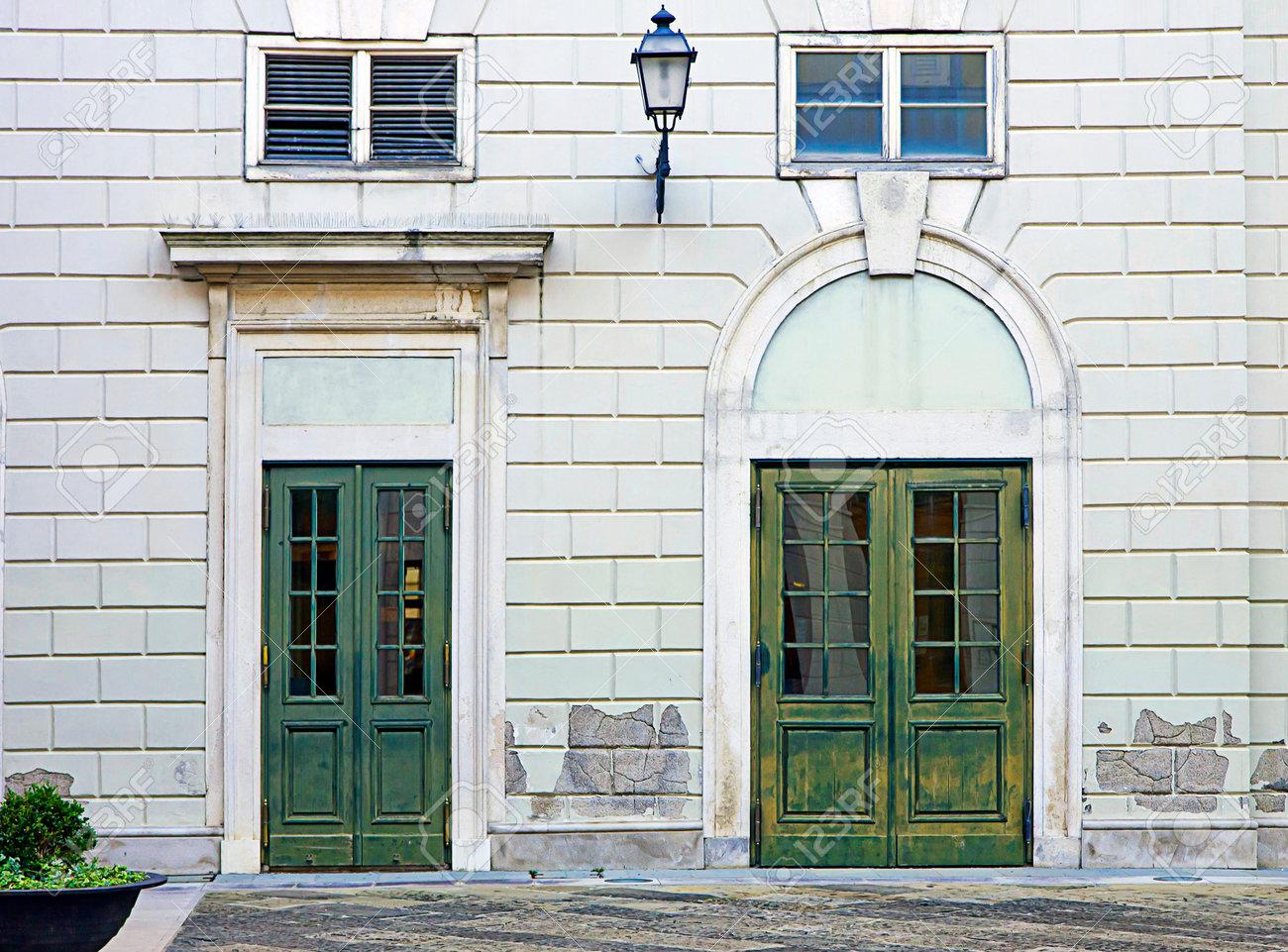 Elegante Y Clásica Fachada Del Edificio Con Dos Puertas Pintadas De ...