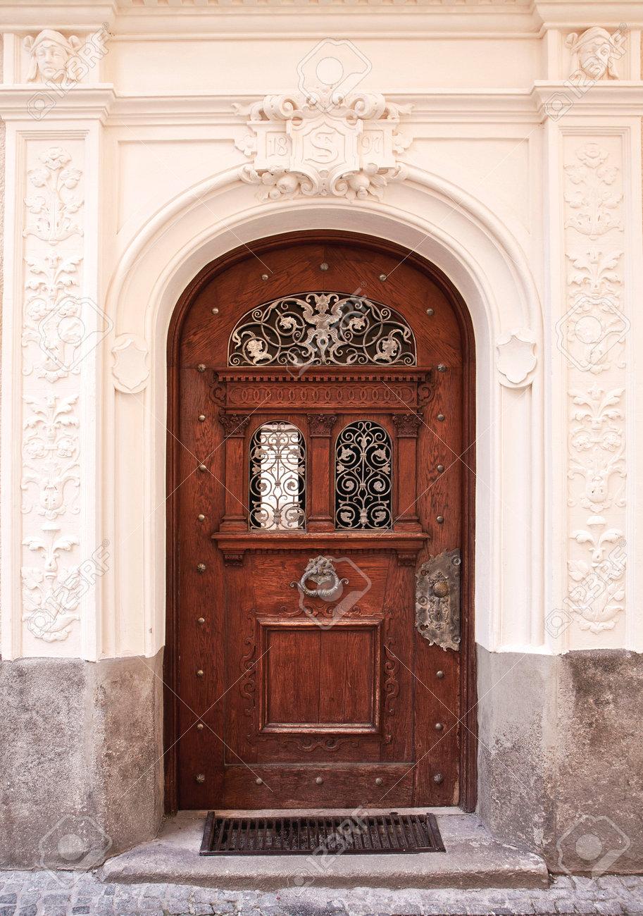 Puerta De Madera Elegante Con Empuñadura De Bronce Y Decoraciones ...