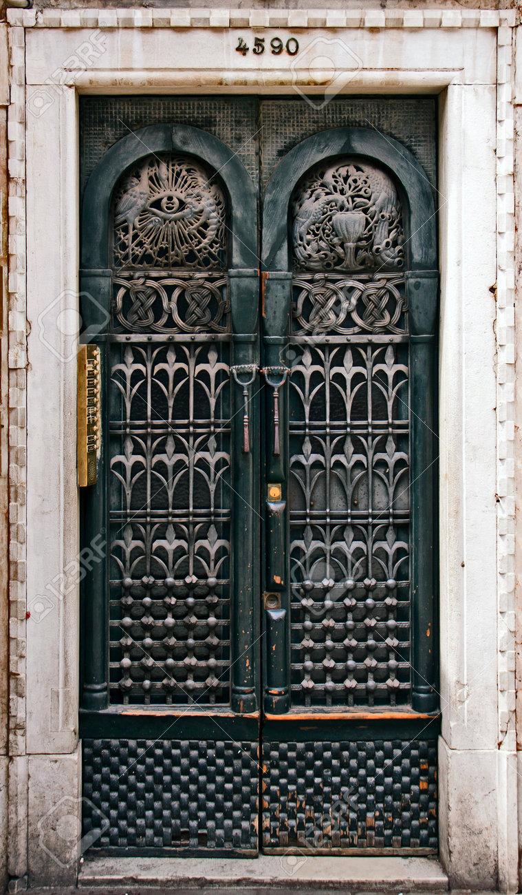 Ein Art-Deco-Tür Eisen Eingerichtet Und Mit Weißem Marmor Eingerahmt ...