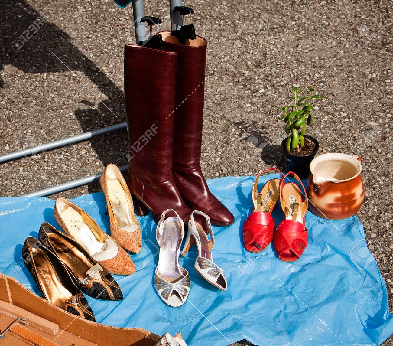Zapatos Del Aire La Libre Calle Mano Mercado De Segunda Exhibición Pulgas En Botas Al Y RqcASjL435