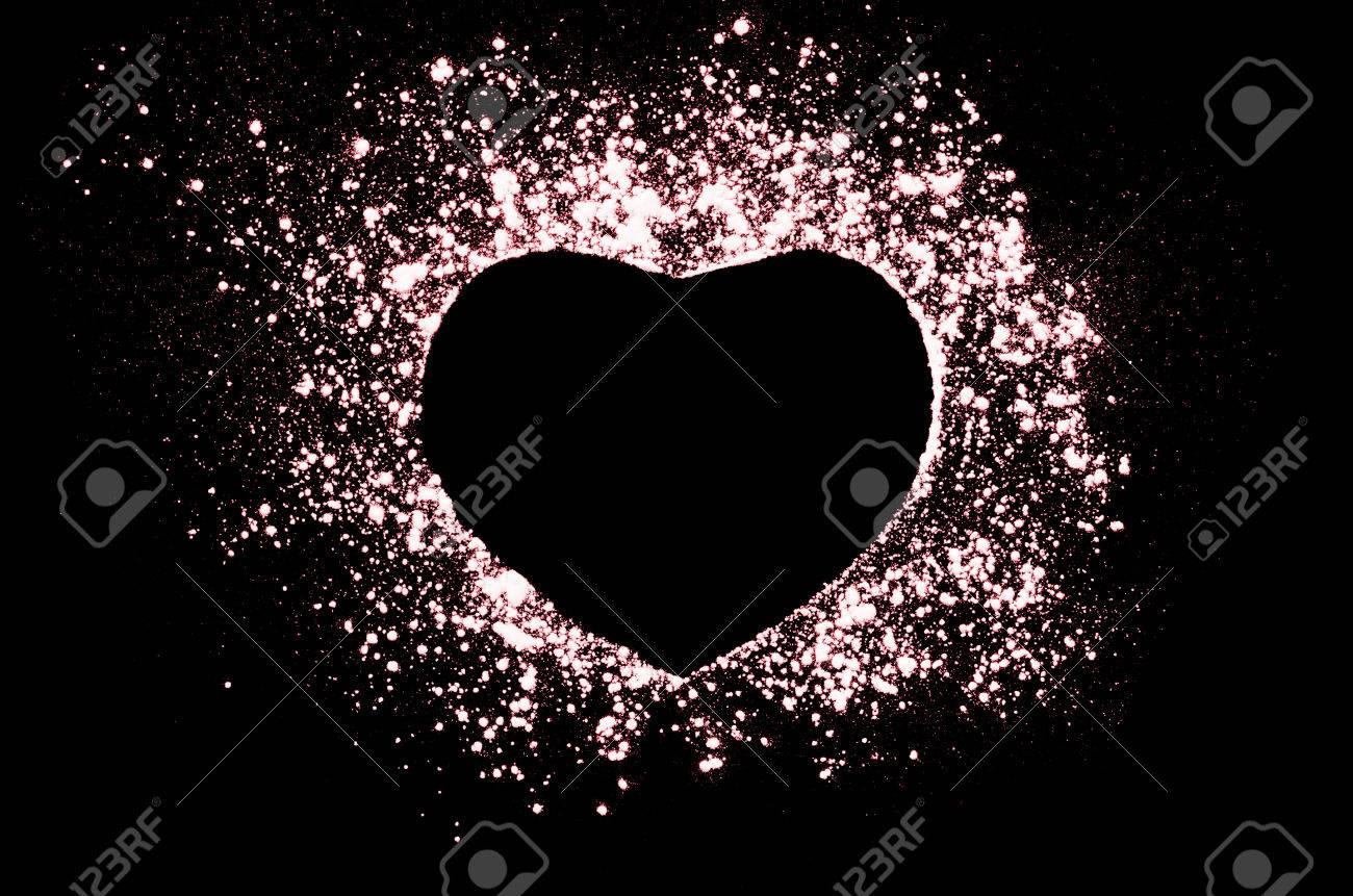 Congeler Motion De Coeur En Forme De Poudre Rouge Isole Sur Noir Fond Noir Abstract Design De Nuage De Poussiere Ecran Particules Explosion