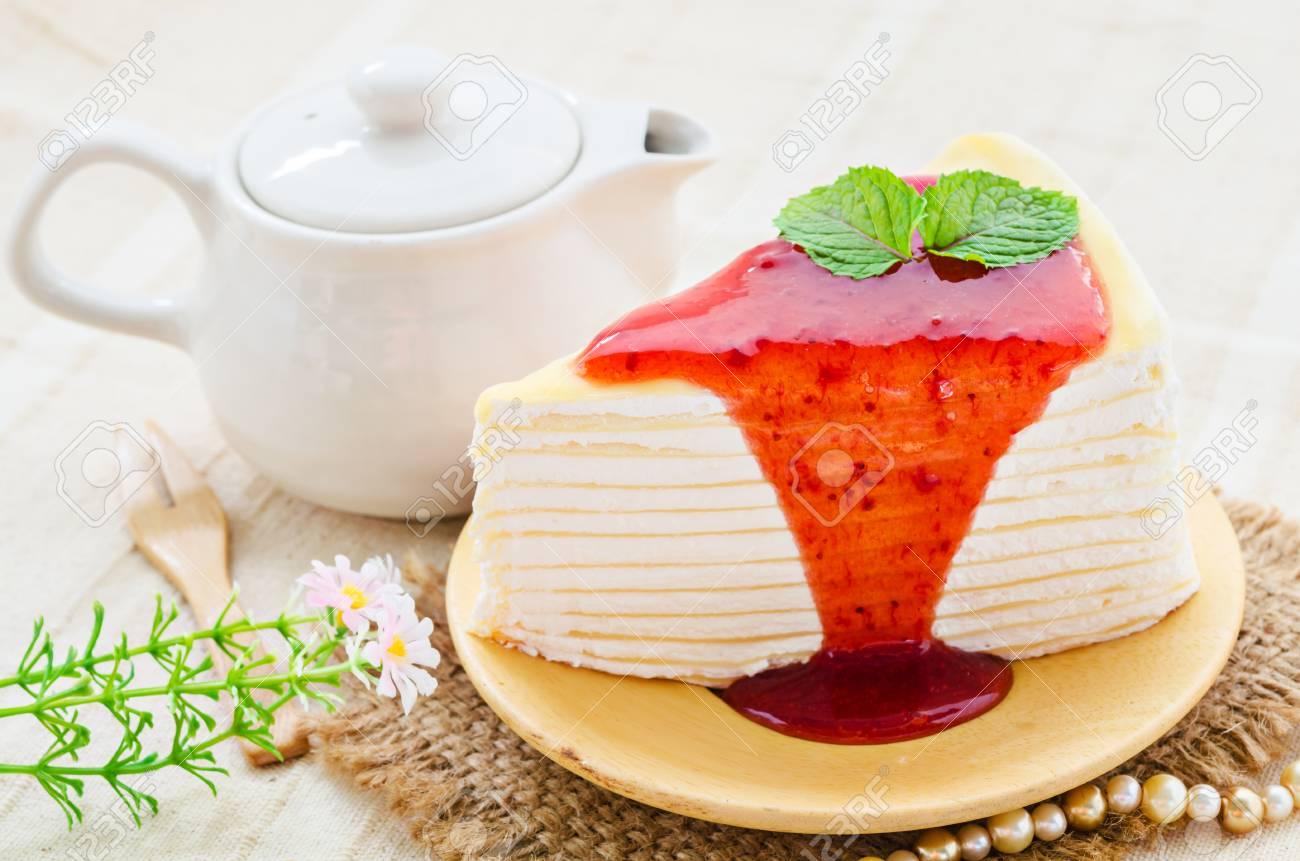 Krepp Kuchen Giessen Mit Erdbeersauce Auf Platte Lizenzfreie Fotos