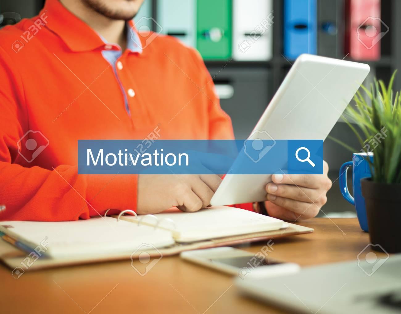 Junger Mann Mit Dem Tablet Pc In Einem Buro Arbeiten Und Motivation