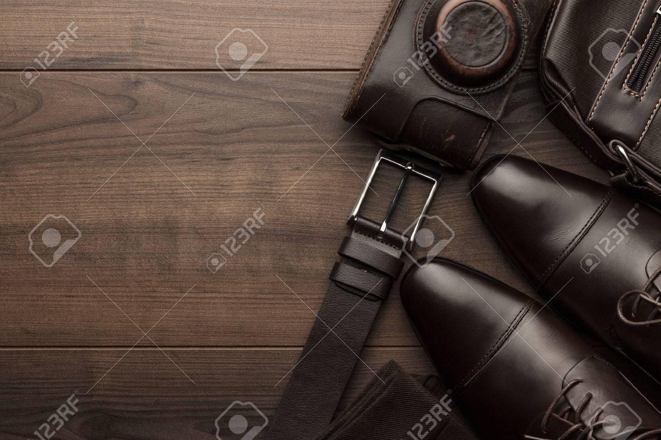 Braune Schuhe Socken Gürtel Und Filmkamera Auf Holztisch