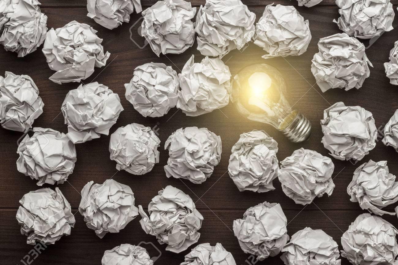 Neue Idee, Konzept Mit Zerknittertes Büropapier Und Glühbirne ...