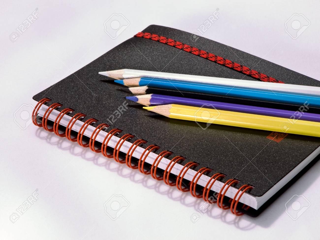 Nota Libro Negro Con Lápices De Colores Fotos, Retratos, Imágenes Y ...
