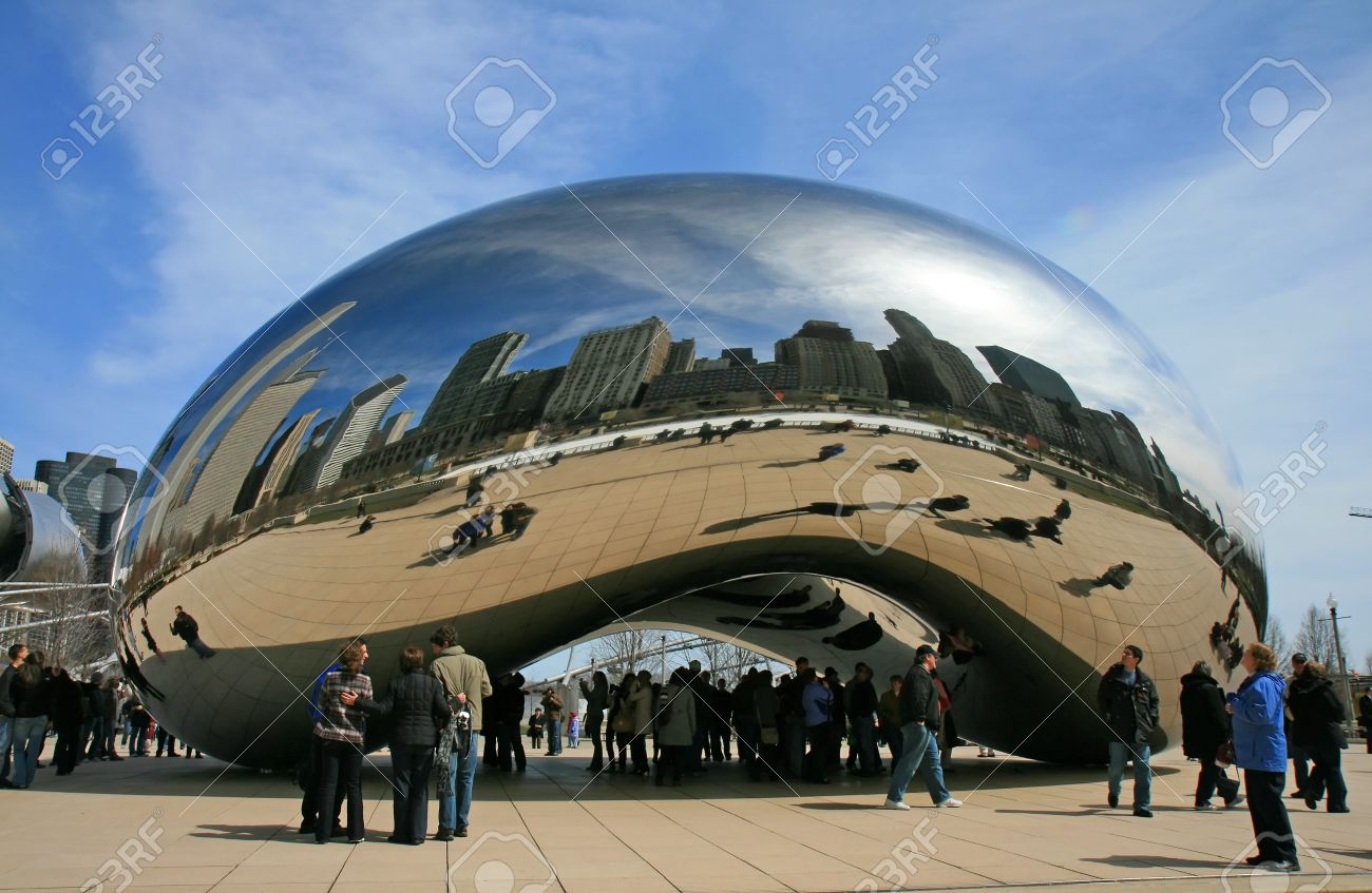 The Cloud Gate in Millennium Park Chicago Stock Photo - 7358178