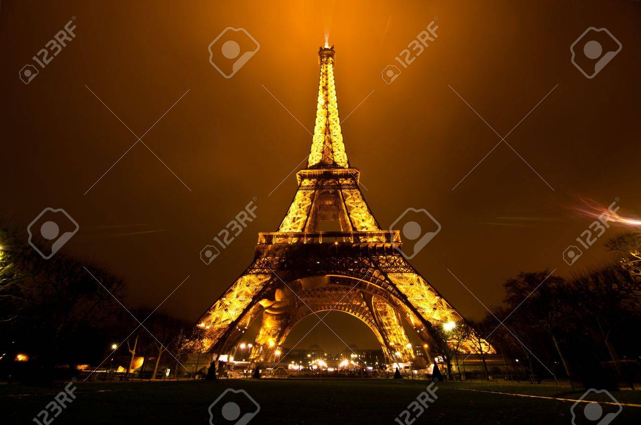 PARIS, FRANCE - DECEMBER 2: Ceremonial lighting of the Eiffel tower on  DECEMBER 2, 2010 in Paris, France. The Eiffel tower is the most visited monument of France. Stock Photo - 9232279