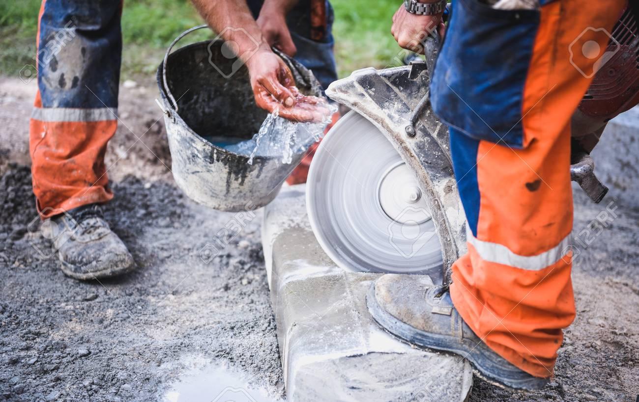 Corte Puñaladas Adoquines De Hormigón O Metal Para La Acera Con Una ...