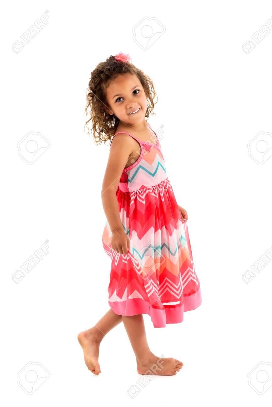 Kleines Mädchen In Orange Rosa Kleid Und Rock In Die Kamera Schaut ...