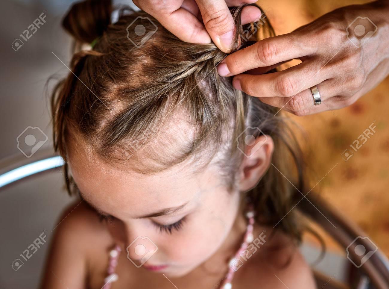 Mutter Macht Von Zöpfen Auf Kleine Tochter Auf Den Kopf Friseur Ist