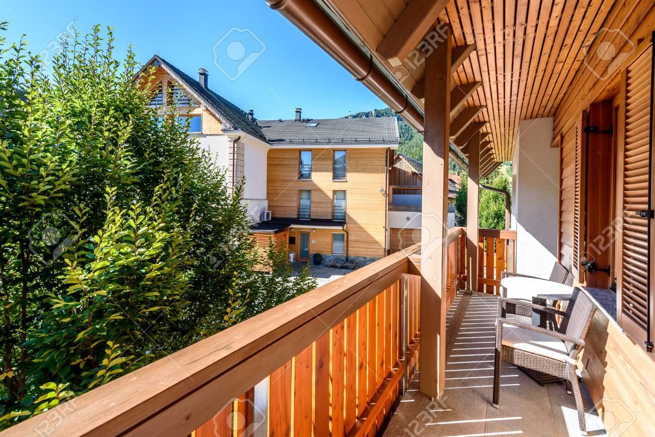 Terrasse en bois moderne - balcon avec table et chaises. Extérieur  contemporain confortable et fantaisie de la résidence traditionnelle alpine  ...