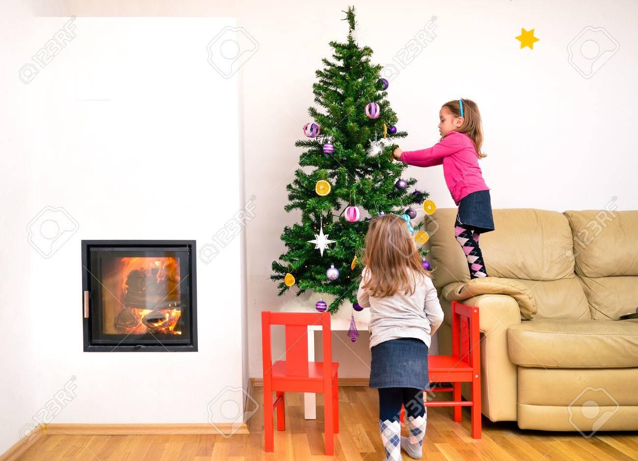 Kinder Und Weihnachtsbaum In Der Modernen Luxus Wohnung Mit Kamin. Twin  Mädchen Schmücken Weihnachtsbaum