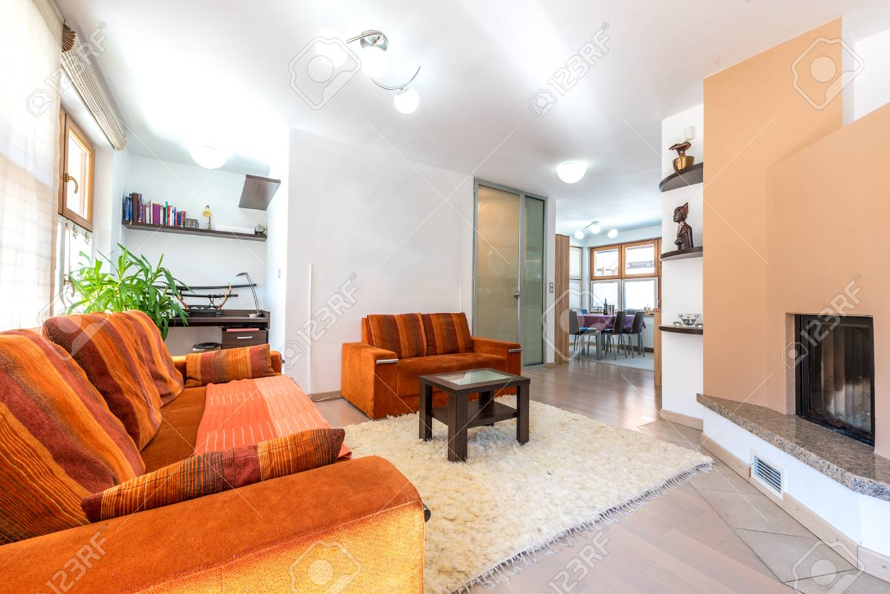 Moderne Wohnung Wohnung Wohnzimmer Mit Sofa Und Sessel. Gemütlich ...