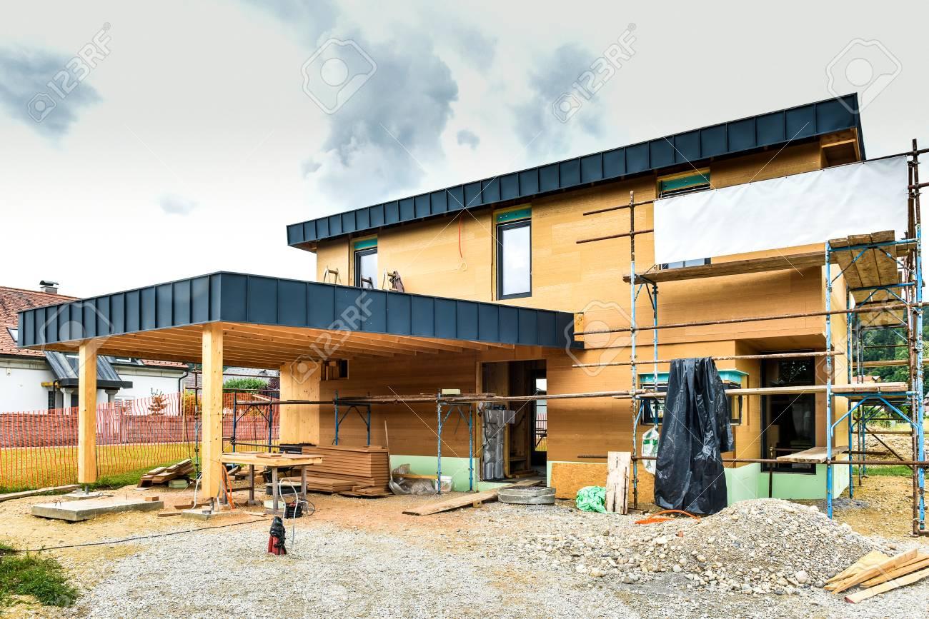 banque dimages construire une maison en bois passive conome en nergie terrain de chantier et extrieur dun panneau en bois avec chafaudages prts