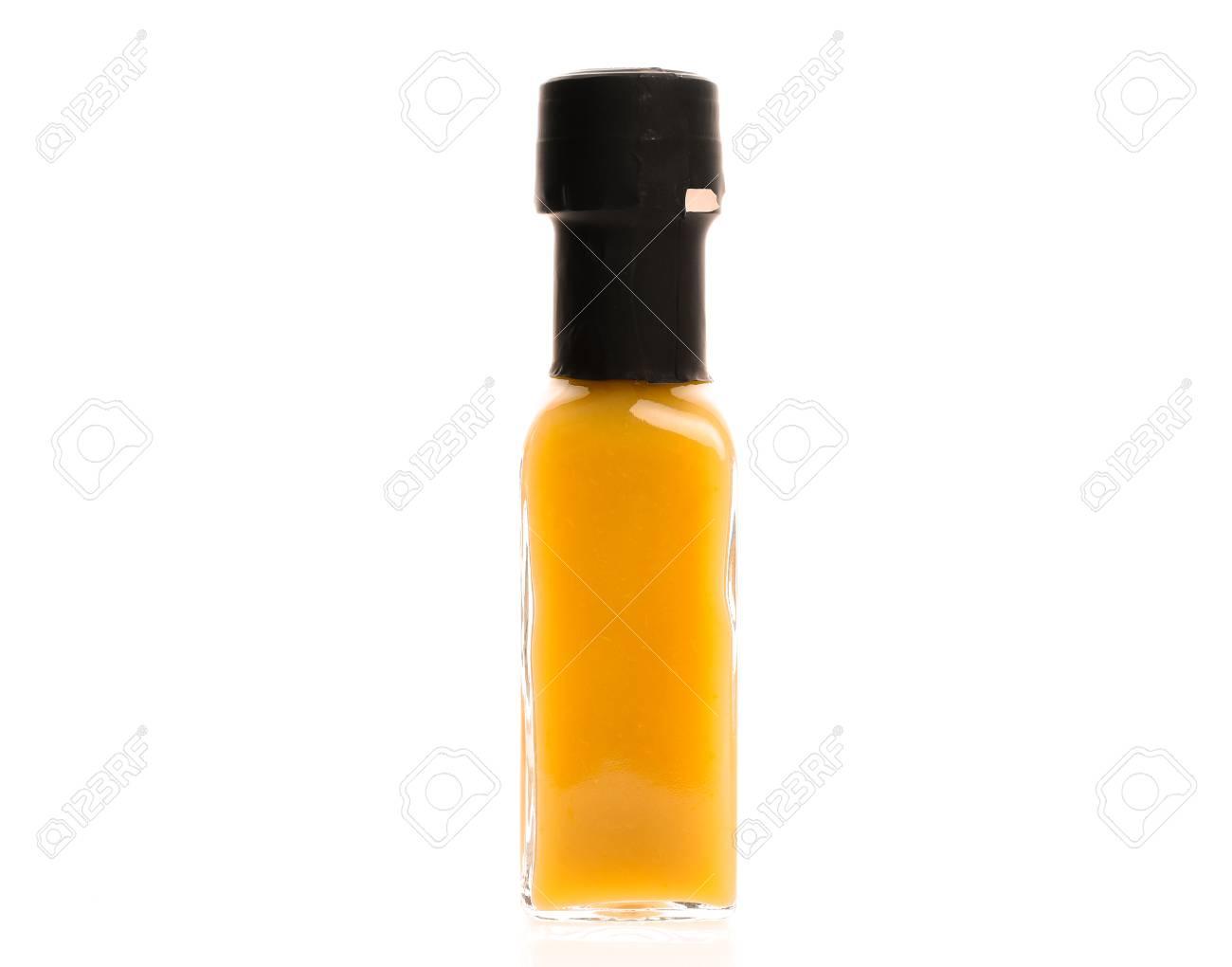 Heiße Chilisoße-Glasflasche Auf Weißem Hintergrund. Hausgemachte ...