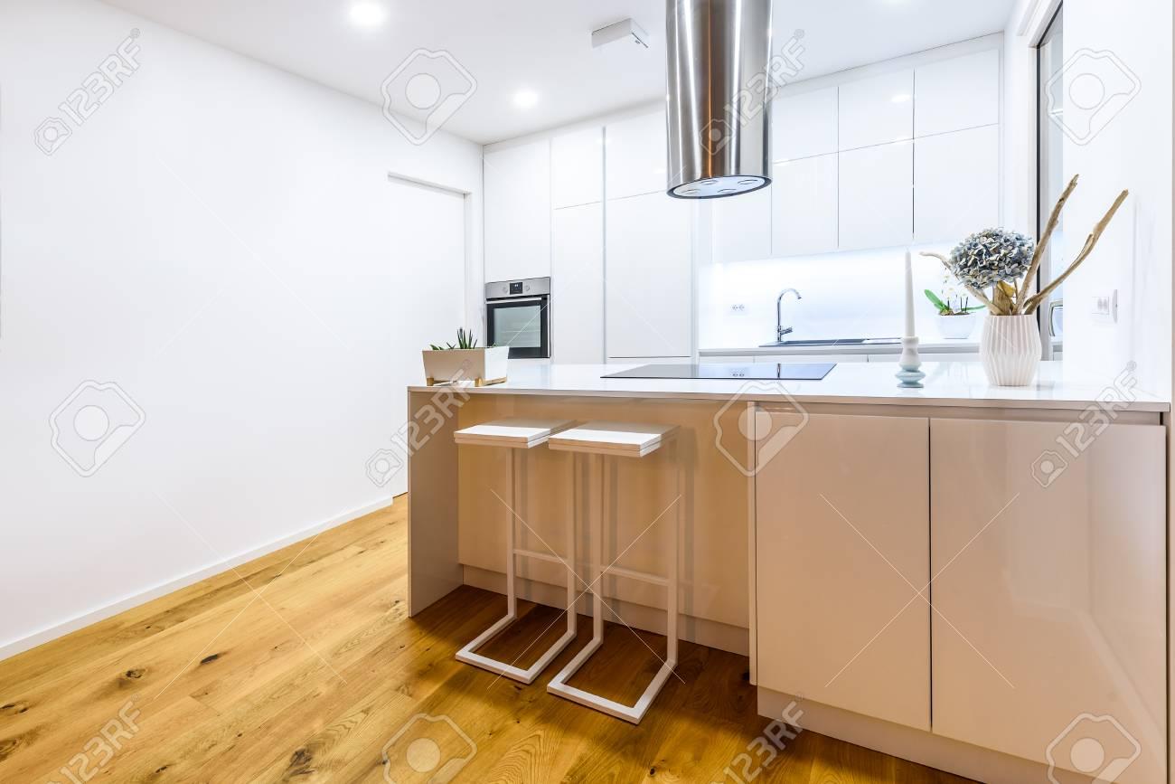 Neue Moderne Weiße Küche Der Innenarchitektur Mit Küchengeräten ...